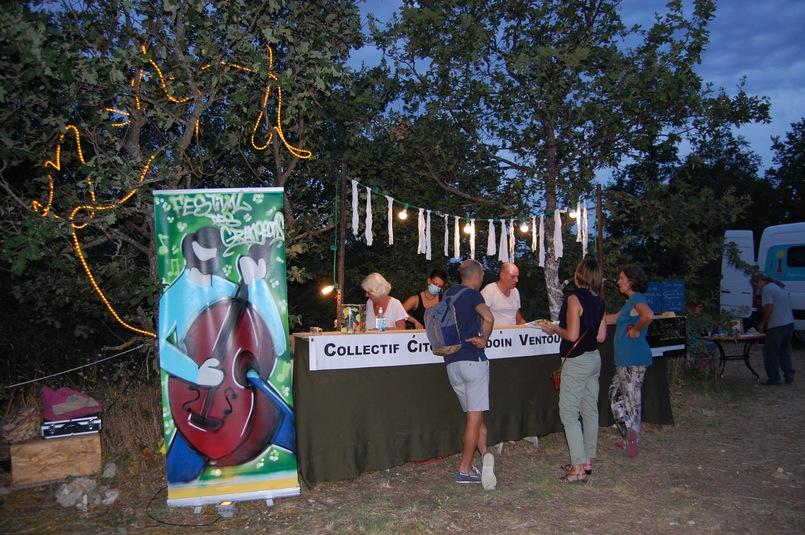le bar du festival sert de la bière locale à la roseraie de gérenton à bédoin