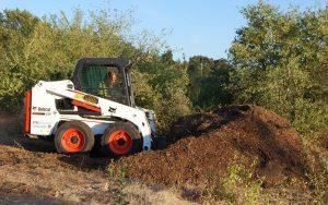 Le bobcat assemble le tas de terreau de la roseraie de gérenton à bédoin provence
