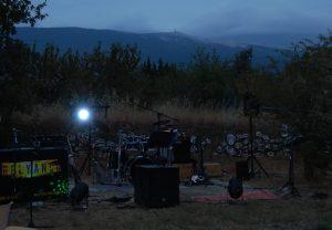 la scène est prête pour le concert de relyance à la roseraie de gérenton